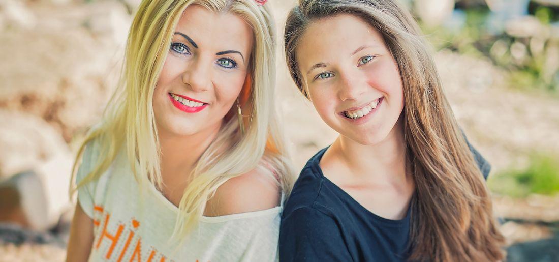 Mama z córką wygrana sesja| Światło i Emocje – Fotografia Rodzinna