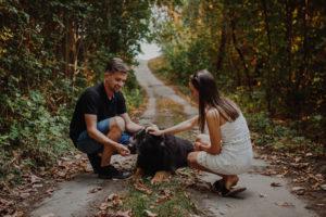 sesja narzeczenska z psem, sesja zareczynowa, dla zakochanych, zdjęcia nad jeziorem, daria i radek i  pies tony (1a)