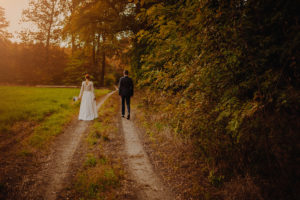 lesny plener poslubny las plaza jezioro fotografie slubne Poznan Mogilno Torun Inowroclaw Swiatlo i emocje pl (1)